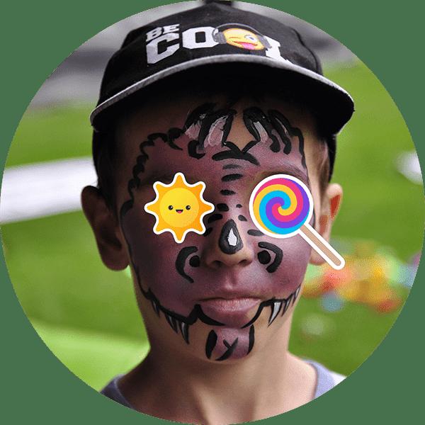 pomalowany chłopiec